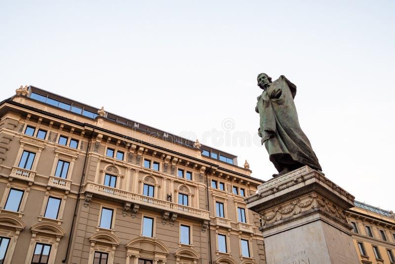 Monumento a Giuseppe Parini em Milão na noite imagem de stock