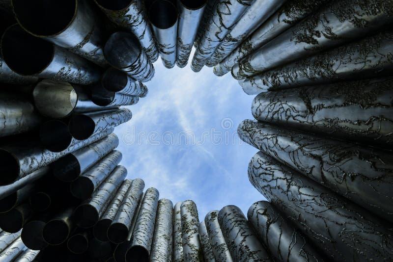 Monumento hermoso de la postal con un cielo azul brillante en fondo tubos de plata abstractos con reflexiones fotos de archivo