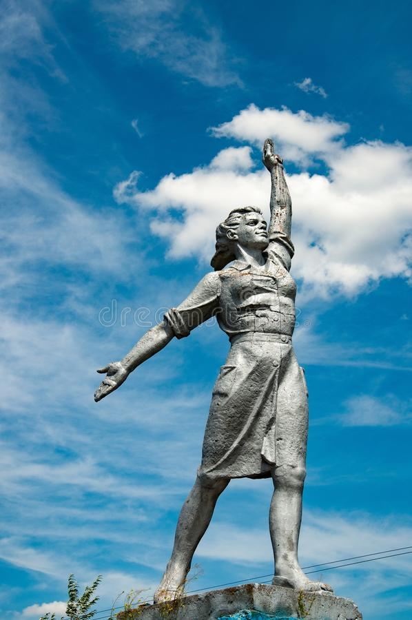 Monumento hist?rico da mulher poderosa no c?u azul com fundo branco das nuvens Escultura social do realismo no campo de Ucr?nia foto de stock