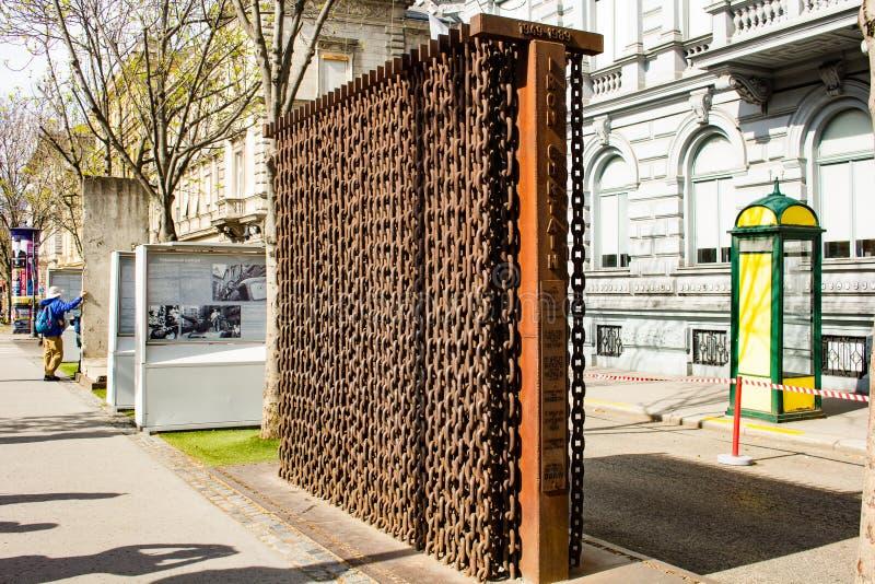 Monumento histórico - monumento del telón de acero fotos de archivo libres de regalías