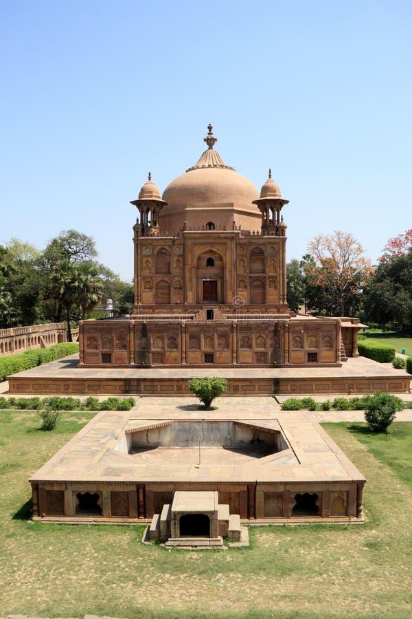 Monumento histórico em Allahabad, India imagens de stock