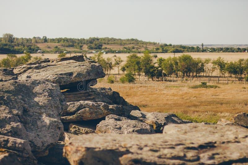 Monumento histórico en sepulcro de la piedra de Zaporozhye Ucrania foto de archivo