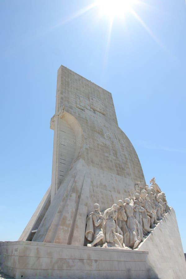 Monumento iluminado por el sol de los descobrimentos del DOS del padrao de los descubrimientos en Belem, Lisboa, Portugal imagen de archivo libre de regalías