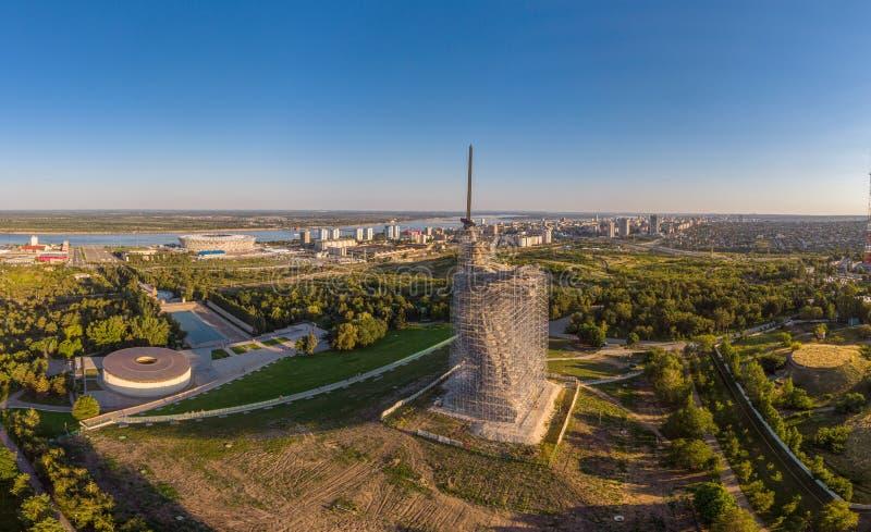 Monumento-insieme di ricostruzione agli eroi di Stalingrad le chiamate della patria immagine stock