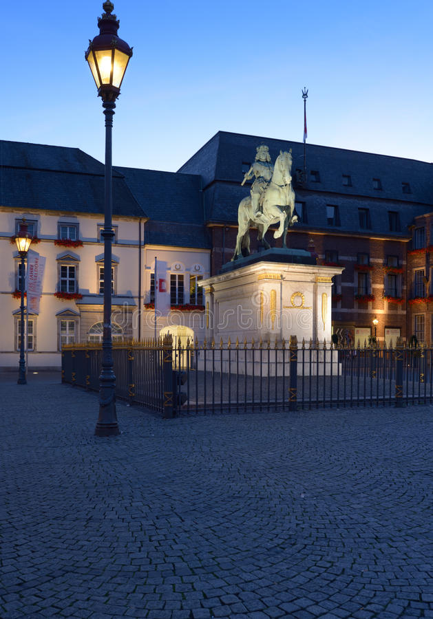 Monumento a Johann Wilhelm II e municipio di Dusseldorf immagine stock libera da diritti