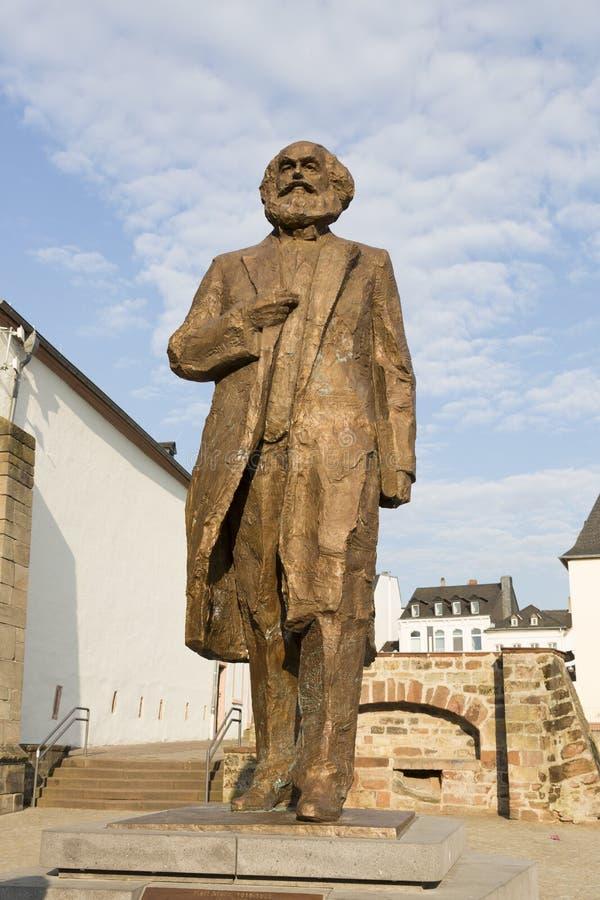 Monumento a Karl Marx no centro do Trier imagens de stock royalty free