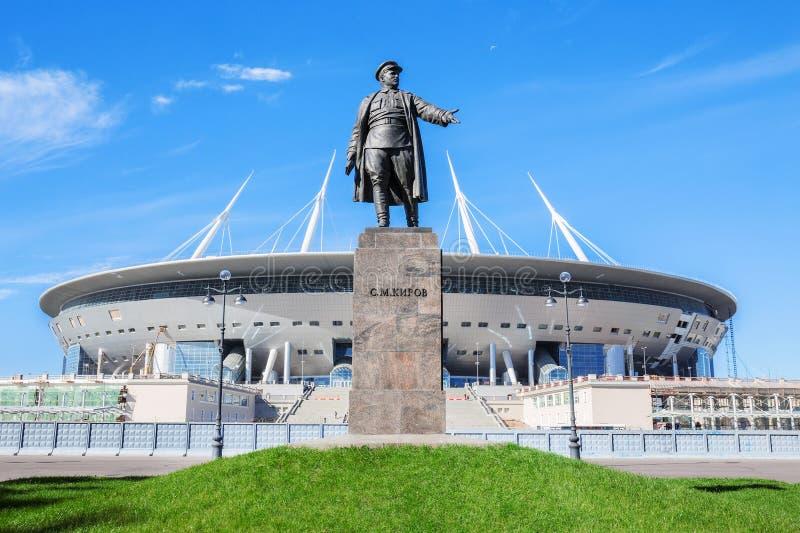 Monumento a Kirov antes del estadio de fútbol en la isla de Krestovsky en St Petersburg fotografía de archivo libre de regalías
