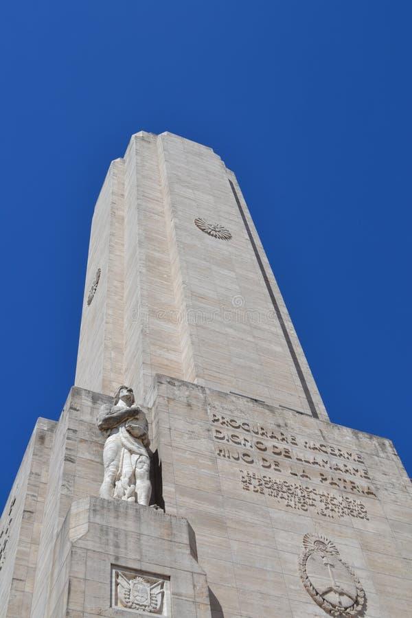 Monumento a la bandera con ángulo bajo, Rosario, Argentina con el hermoso cielo azul en el fondo. fotos de archivo
