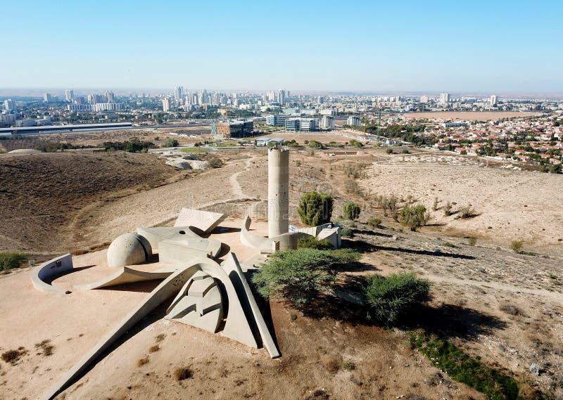 Monumento a la brigada de Negev al lado de la cerveza Sheva imagen de archivo libre de regalías