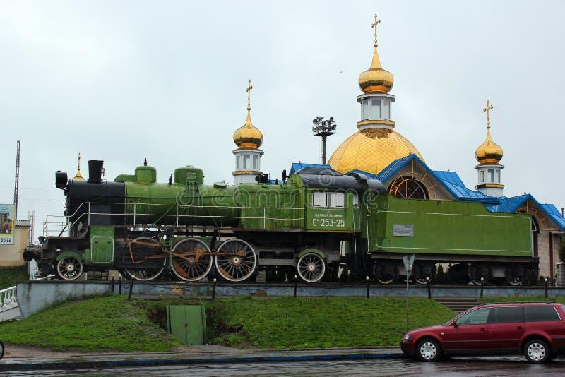 Monumento a la locomotora de vapor en Kovel, Ucrania fotos de archivo