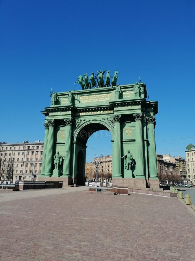 Monumento a la puerta triunfal de Narva imagenes de archivo
