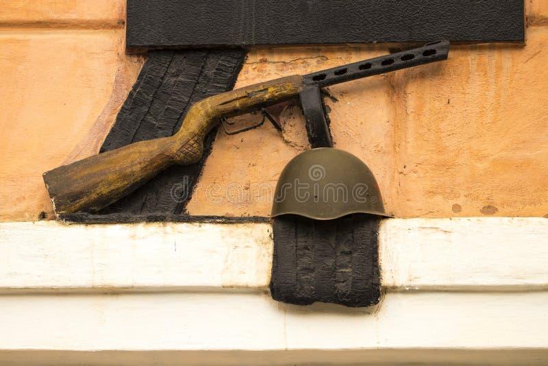 Monumento a la Segunda Guerra Mundial, a un casco y a un arma imagenes de archivo