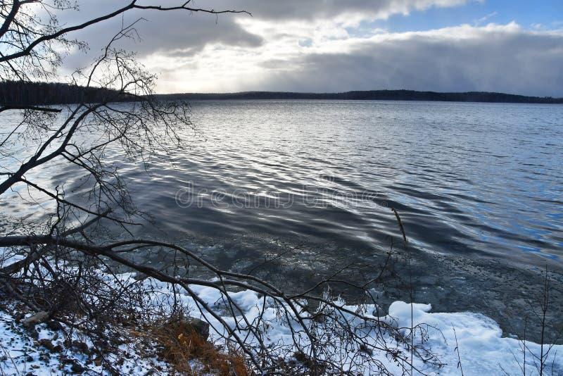 Monumento-lago natural Uvildy em novembro antes da queda de neve, região de Ural do sul, Chelyabinsk, Rússia foto de stock