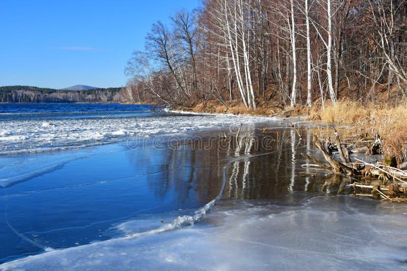 Monumento-lago natural Uvildy no outono atrasado no tempo claro, região de Ural do sul, Chelyabinsk, Rússia imagem de stock