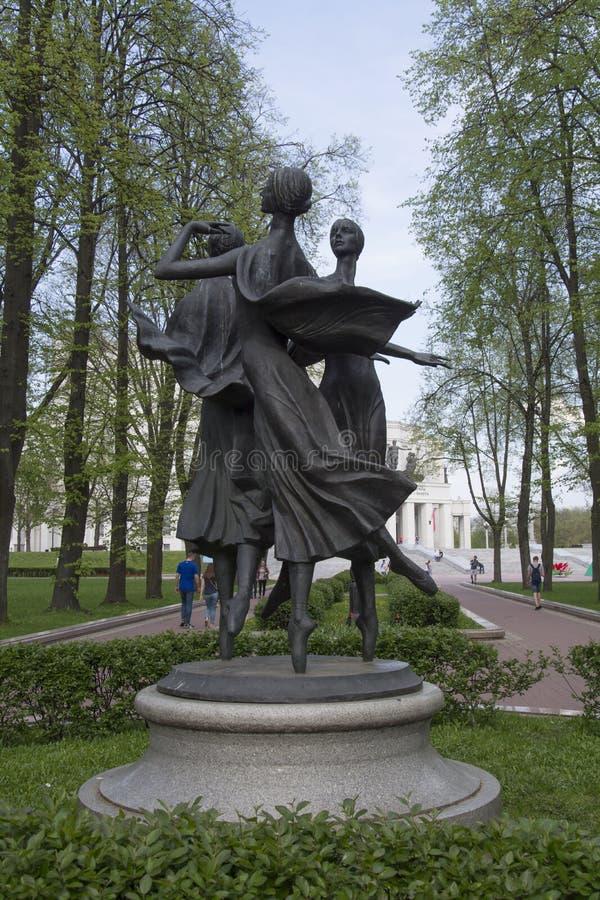 Monumento a las muchachas de baile en el parque de teatro académico nacional de la ópera y de ballet de Bolshoi fotografía de archivo libre de regalías