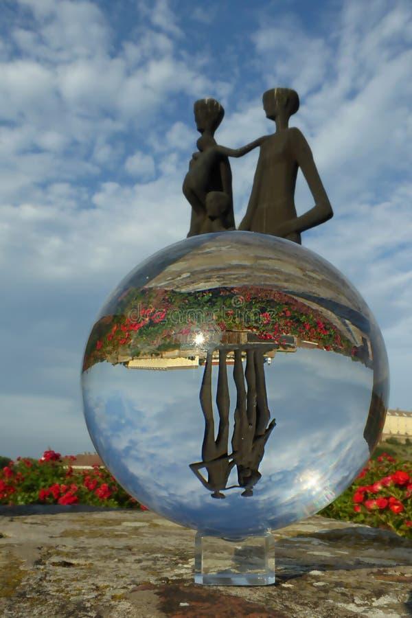 Monumento a las víctimas del fascismo a través de la bola de cristal fotos de archivo