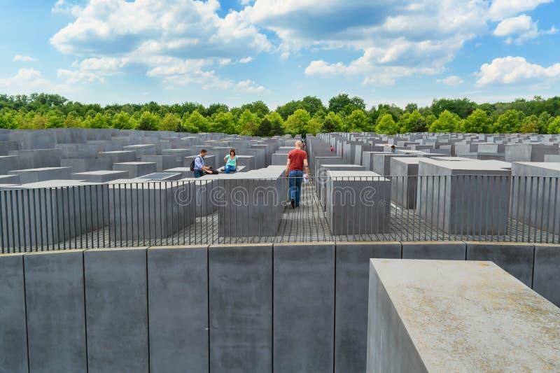 Monumento a las víctimas del holocausto en Berlín con el cielo de las nubes foto de archivo libre de regalías