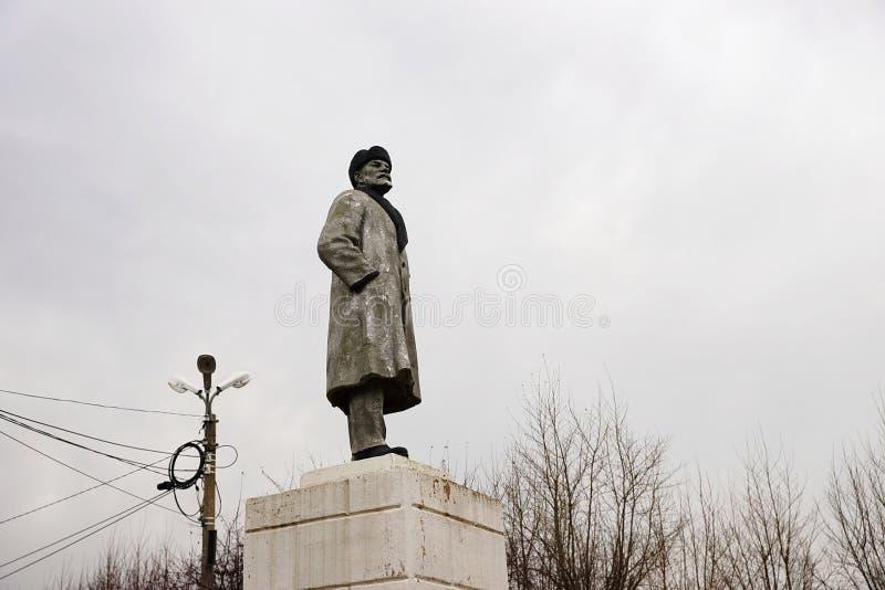 Monumento a Lenin en el fondo de un cielo nublado en el Uzhur fotografía de archivo