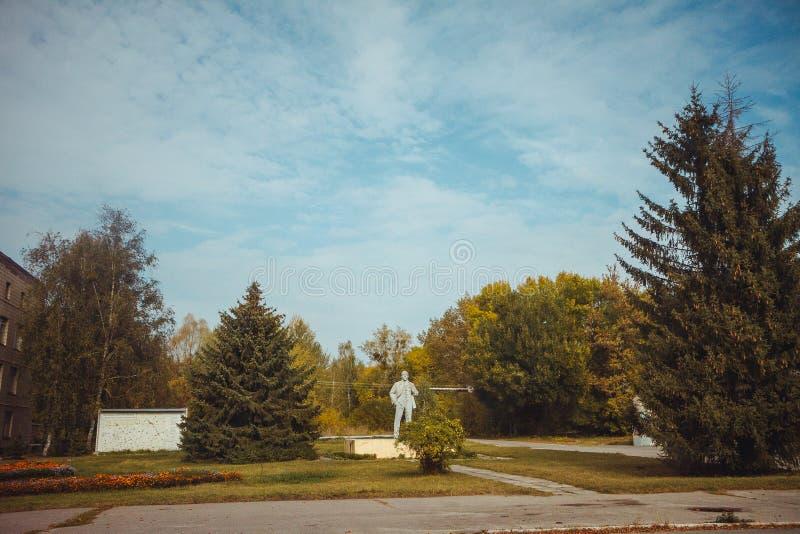 Monumento a Lenin en zona de exclusión de Chornobyl Zona radiactiva en la ciudad de Pripyat - pueblo fantasma abandonado chernoby foto de archivo libre de regalías