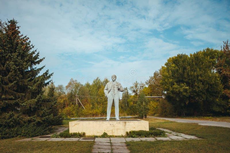 Monumento a Lenin en zona de exclusión de Chornobyl Zona radiactiva en la ciudad de Pripyat - pueblo fantasma abandonado chernoby foto de archivo