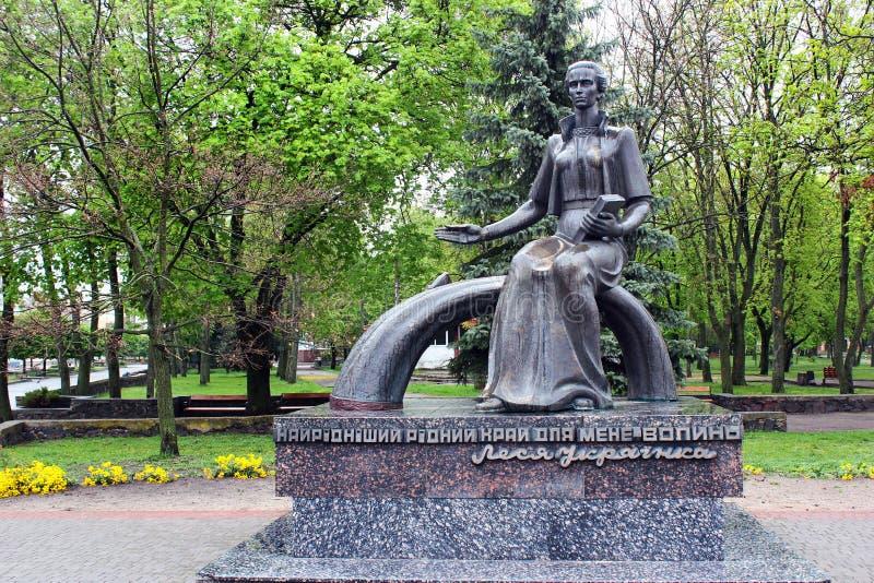 Monumento a Lesya Ukrainka em Kovel, Ucrânia fotos de stock