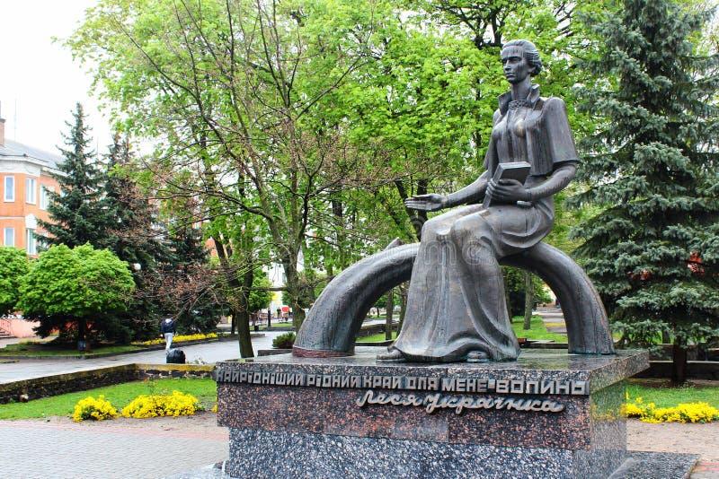 Monumento a Lesya Ukrainka en Kovel, Ucrania imagenes de archivo