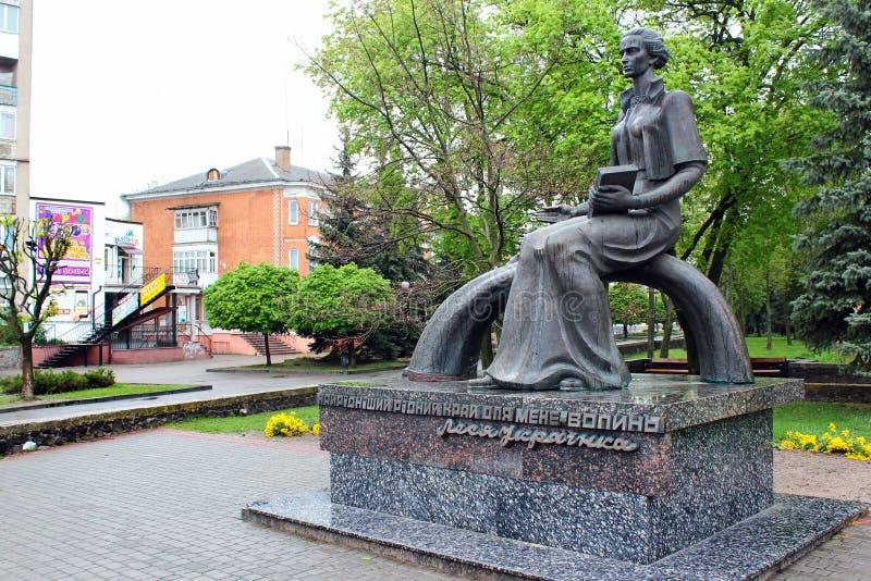 Monumento a Lesya Ukrainka en Kovel, Ucrania fotografía de archivo