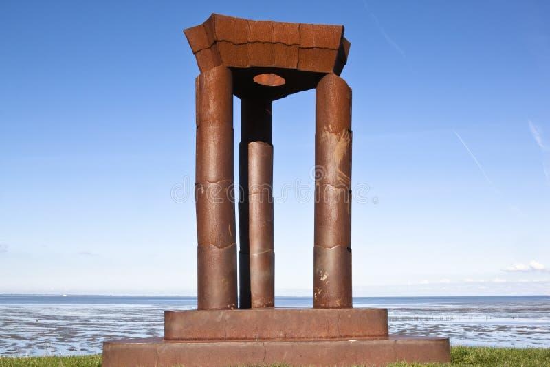 Monumento a lo largo de Waddenzee cerca de Noordkaap, Holanda fotografía de archivo