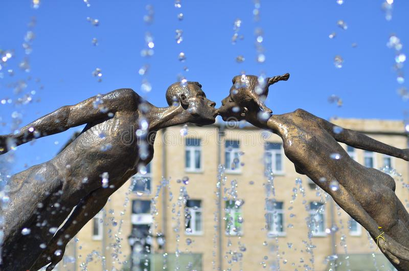 Monumento a los amantes en Kharkov, Ucrania - es un arco formado por el vuelo, las figuras frágiles de un hombre joven y una much imagen de archivo libre de regalías