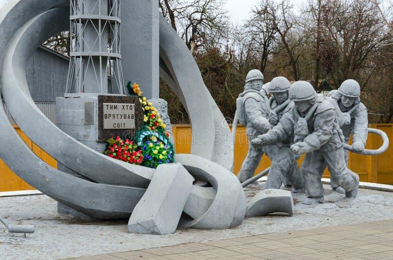 Monumento a los bomberos que participaron en la liquidación de consecuencias del accidente en la central nuclear de Chernóbil imágenes de archivo libres de regalías