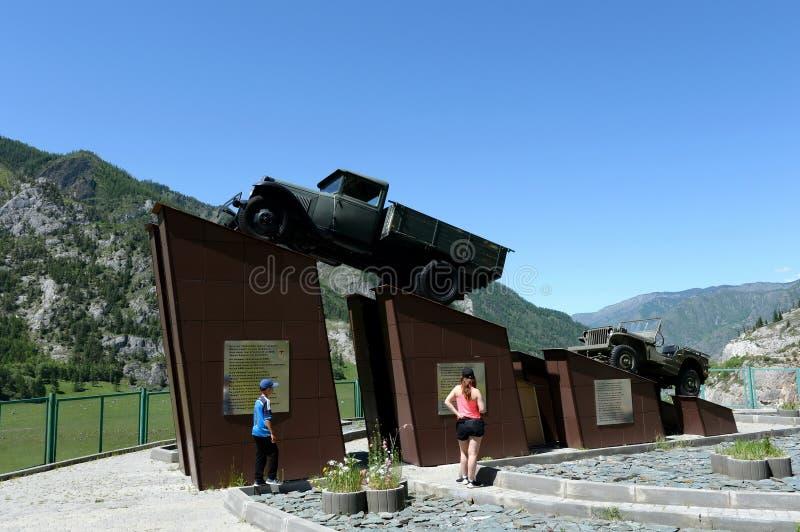 Monumento a los conductores de la zona de Chuysky Montaña Altai, Siberia, Rusia imagen de archivo