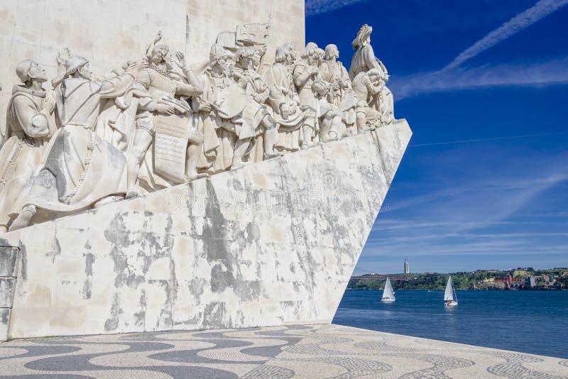 Monumento a los descubrimientos del nuevo mundo en Lisboa, Portugal contra fondo del río foto de archivo libre de regalías
