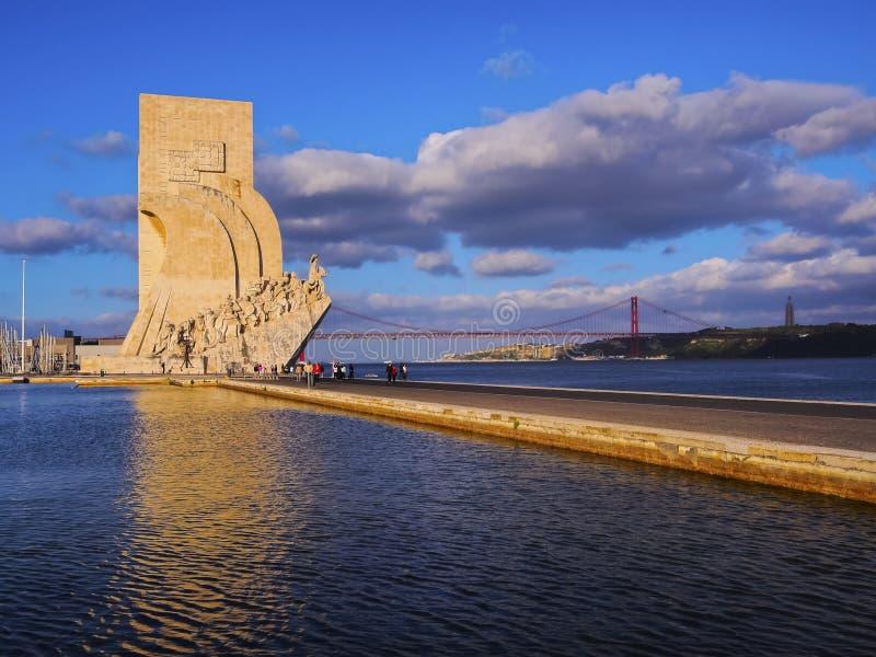 Monumento a los descubrimientos en Lisboa fotos de archivo