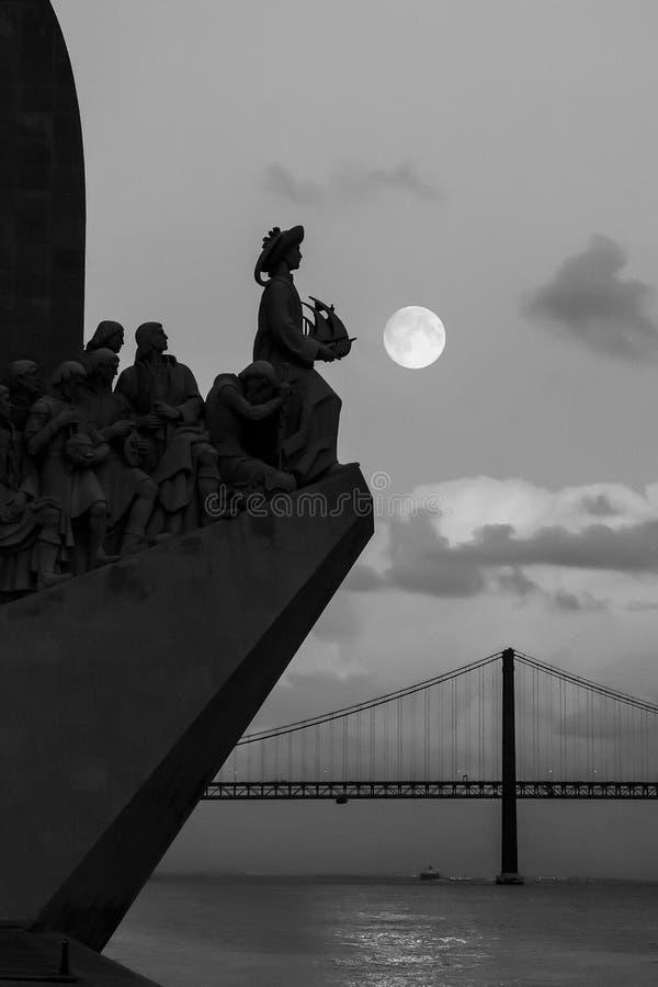 Monumento a los descubrimientos y a 25ta April Bridge Lisbon, Portugal, Europa fotografía de archivo
