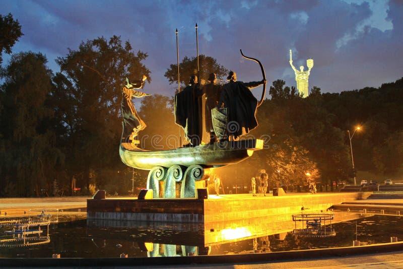 Monumento a los fundadores de Kiev contra el contexto de la patria del monumento Kiev, Ucrania fotos de archivo
