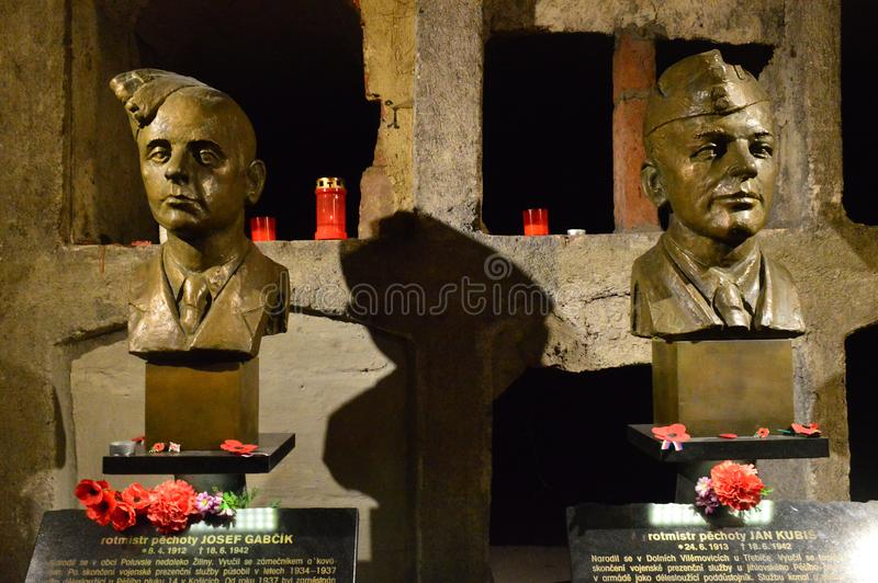 Monumento a los paracaidistas que asesinaron a Reinhard Heydrich en la iglesia del santo Cyril y Methodius en la calle de Resslov imagenes de archivo