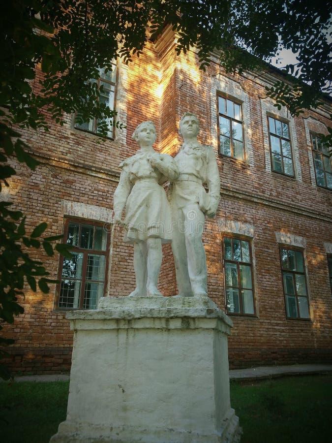 Monumento a los pioneros como símbolo de la última época de la URSS fotos de archivo
