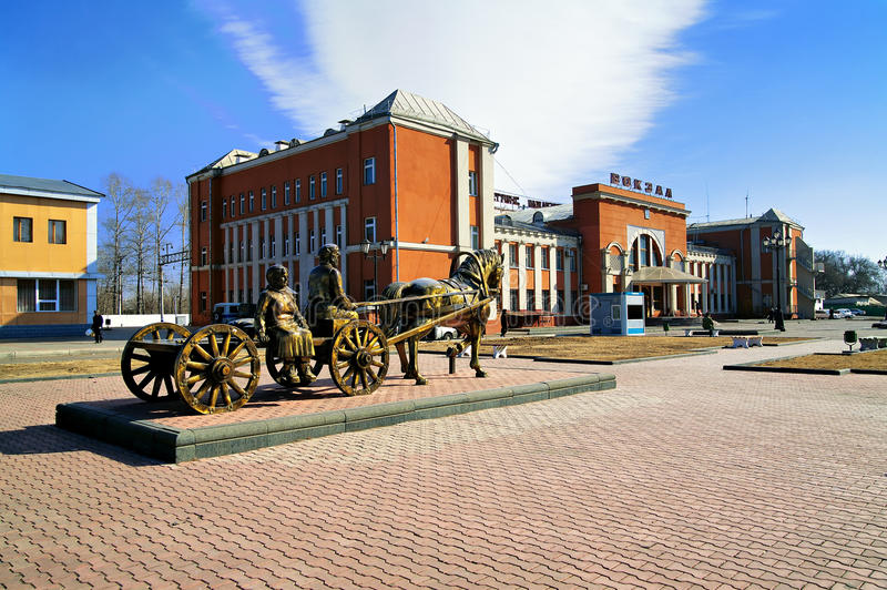 Monumento a los primeros colonos en el stat del ferrocarril foto de archivo