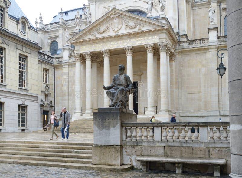 Monumento a Louis Pasteur contra Chapelle de la Sorbonne en París foto de archivo libre de regalías