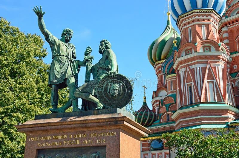 Monumento a Minin e a Pozharsky no fundo da catedral do ` s da manjericão do St, Moscou, Rússia foto de stock royalty free