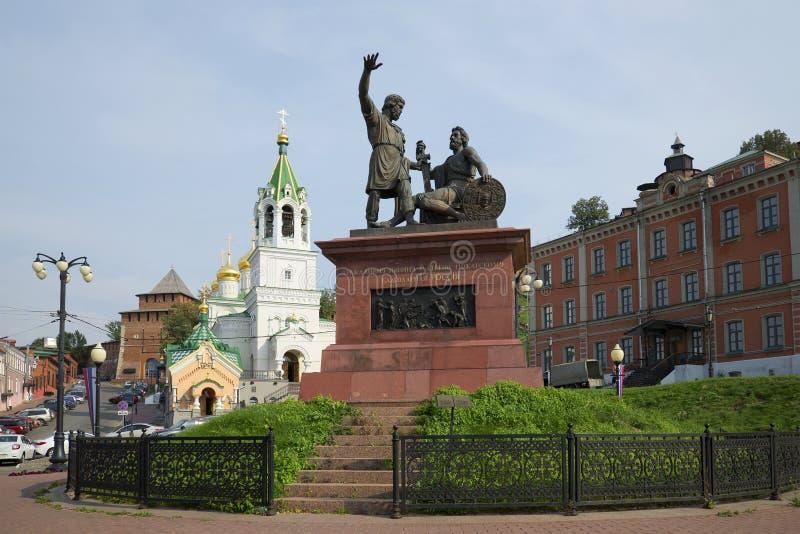 Monumento Minin e Pozharsky Rússia grata e a igreja de St John Baptist Nizhny Novgorod fotografia de stock