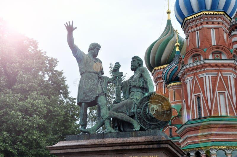 Monumento a Minin e a Pozharsky sul quadrato rosso a Mosca contro gli alberi e le pareti verdi del san Basil Cathedral fotografia stock