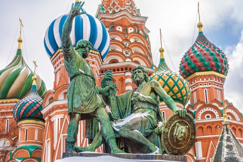 Monumento a Minin e a Pozharsky sul quadrato rosso Mosca, Russia fotografia stock libera da diritti