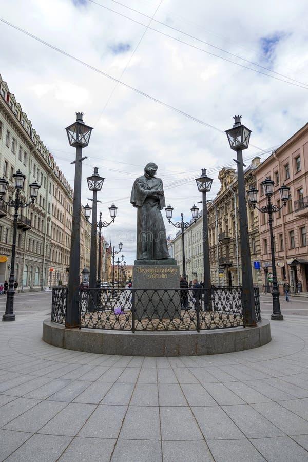 Monumento a N V Gogol en St Petersburg en Malaya Konyushennaya Street fotografía de archivo libre de regalías