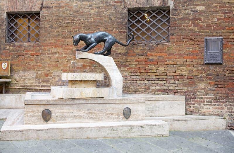 Monumento na beira do contrada, Siena da pantera, Toscânia, Itália foto de stock royalty free