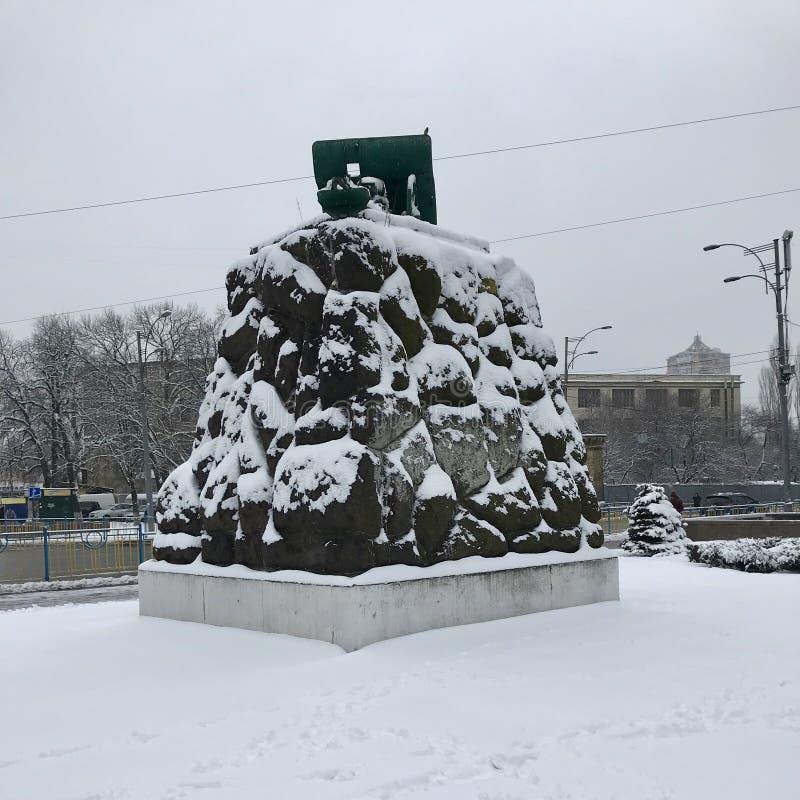Monumento na frente da estação de metro do arsenal - Kyiv - Ucrânia imagens de stock royalty free