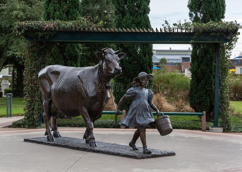 Monumento na frente da fábrica azul das indústrias do leite de Bell em Brenham, TX fotos de stock royalty free