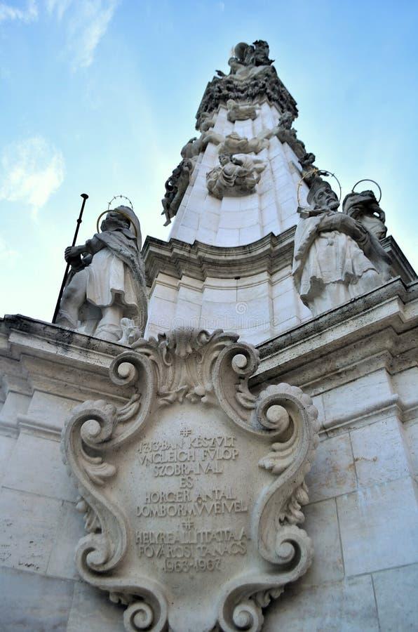Monumento na frente de St Mattias Church foto de stock