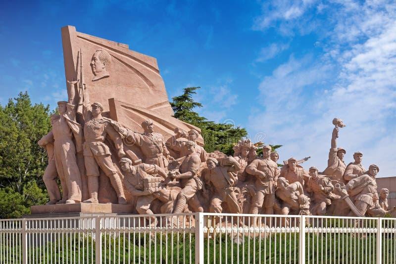 Monumento na Praça de Tiananmen, Pequim, China, em um dia de verão com o céu azul, coberto por poucas nuvens brancas, mostrando fotografia de stock royalty free