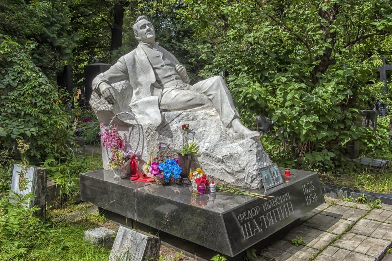 Monumento na sepultura de Fyodor Chaliapin, o cemitério de Novodevichy foto de stock royalty free